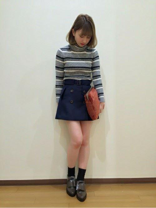デニムの台形スカートを着こなした女性のコーデ画像2