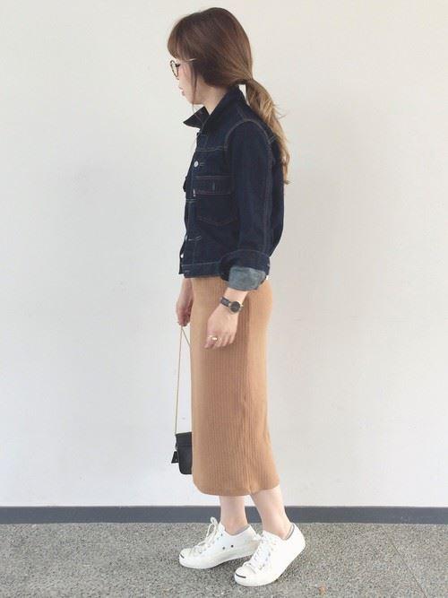 2016-2017秋冬トレンドのGジャン・デニムジャケットを着こなしたレディースコーディネート画像