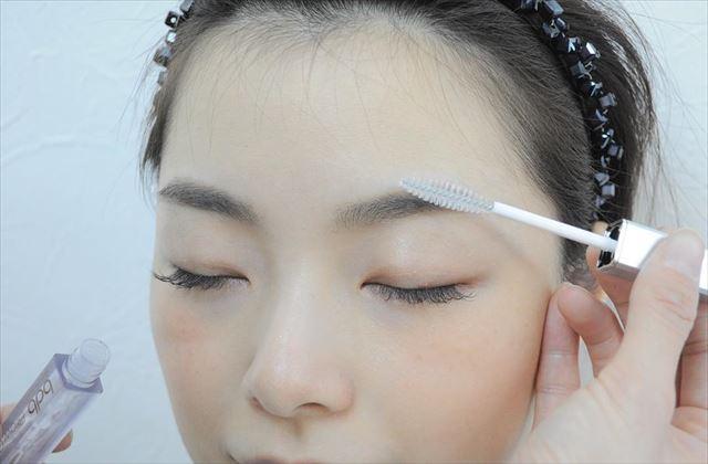 眉マスカラを塗る女性のが顔の画像
