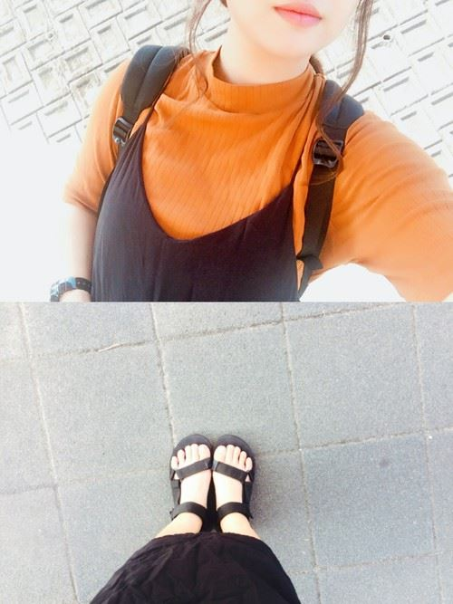 ユニクロ リブハイネックT(5分袖)のテラコッタカラー・タイプを着こなした女性の画像