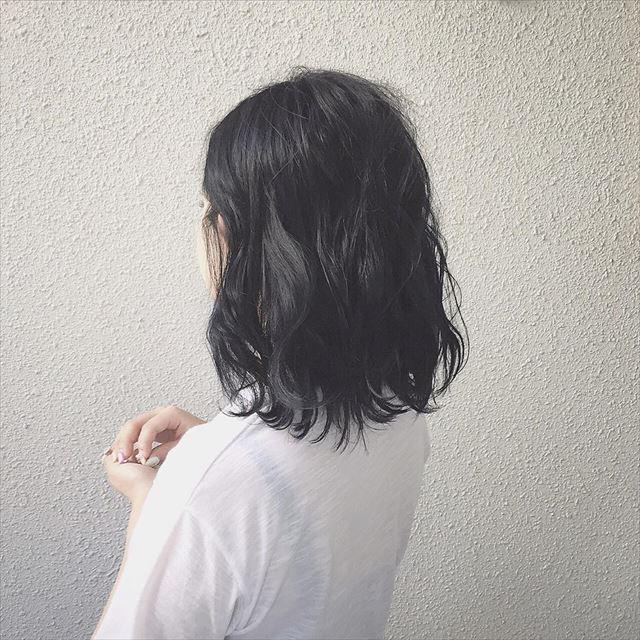 流行の髪色ネイビーアッシュの代表的なボブヘアスタイル画像