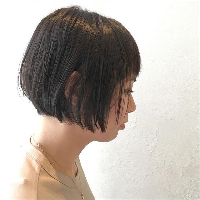 ネイビーアッシュがよく似合うワンレンボブのヘアスタイル画像
