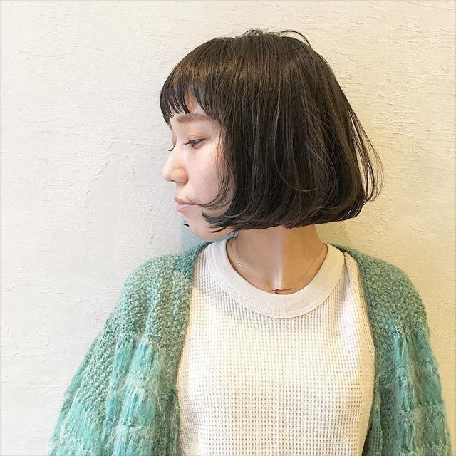 流行の髪色ネイビーアッシュで染めたボブヘアスタイルの画像2