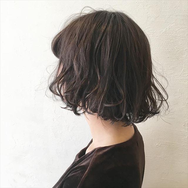 流行の髪色ネイビーアッシュで染めたボブヘアスタイルの画像3
