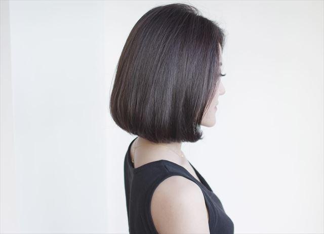 流行の髪色ネイビーアッシュで染めたボブヘアスタイルの画像7