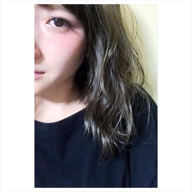 流行の髪色ネイビーアッシュで染めたボブヘアスタイルの画像9