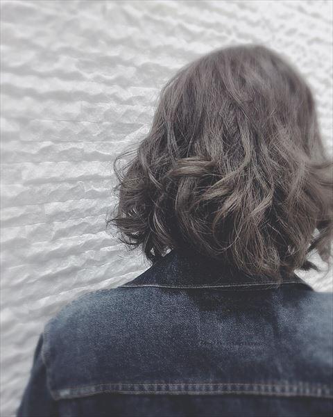 流行の髪色ネイビーアッシュで染めたボブヘアスタイルの画像10