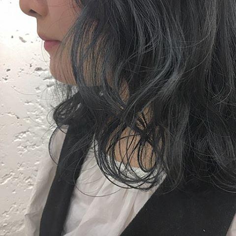 流行の髪色ネイビーアッシュで染めたボブヘアスタイルの画像12