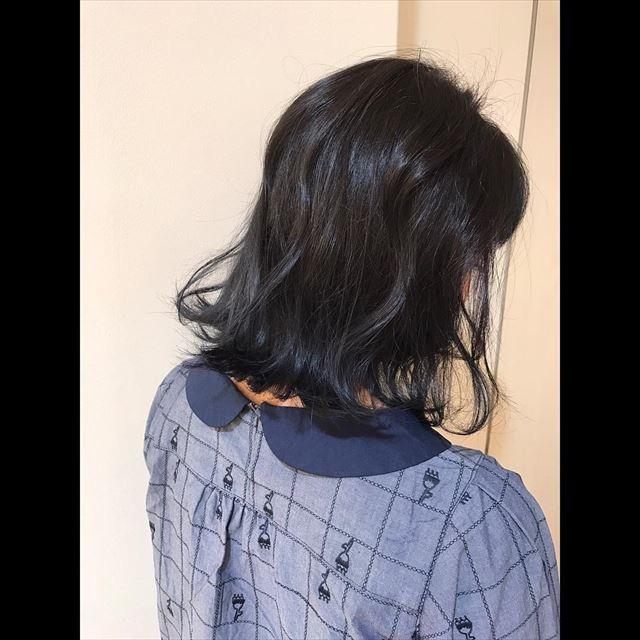 流行の髪色ネイビーアッシュで染めたボブヘアスタイルの画像13