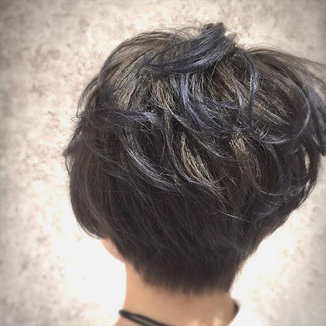 流行の髪色ネイビーアッシュで染めたボブヘアスタイルの画像14
