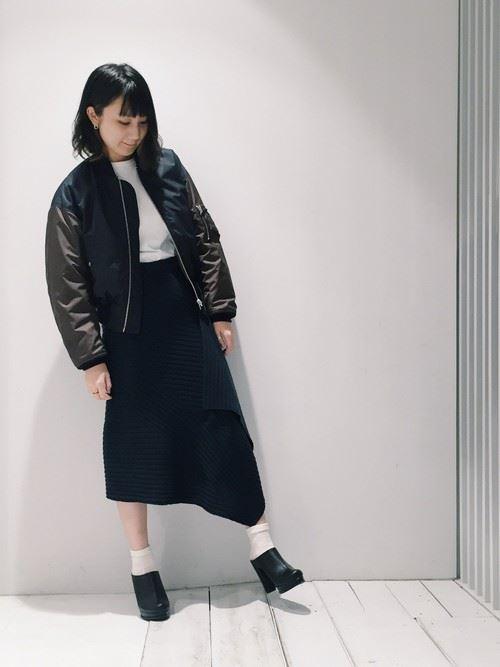 黒MA-1をスカートで着こなした女性のコーディネート画像