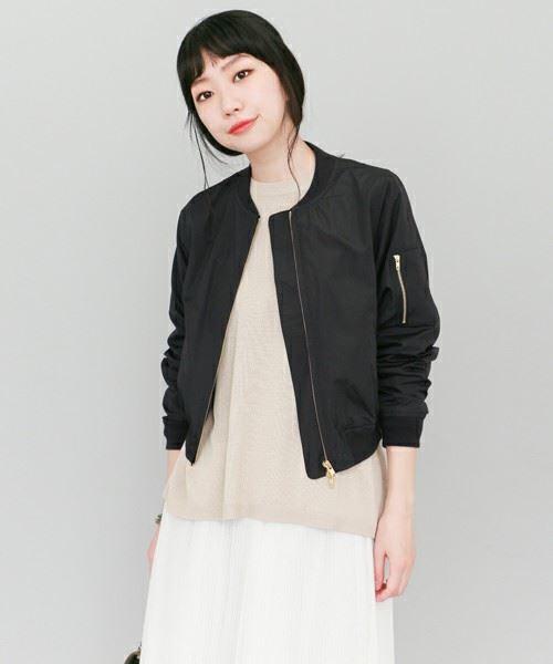 黒MA-1をスカートで着こなした女性のコーディネート画像2