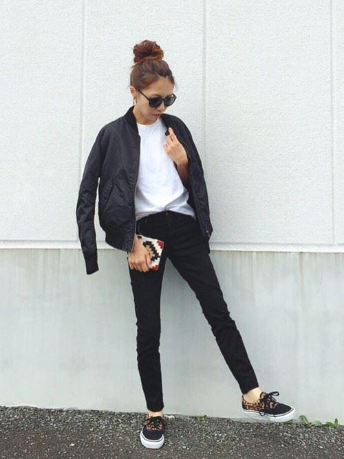 トレンドの黒MA,1をスカートで着こなしたレディースコーディネート画像1