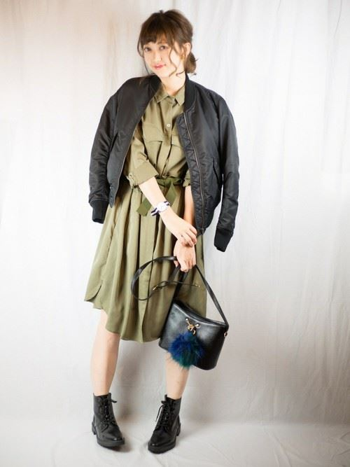 トレンドの黒MA-1をスカートで着こなしたレディースコーディネート画像4