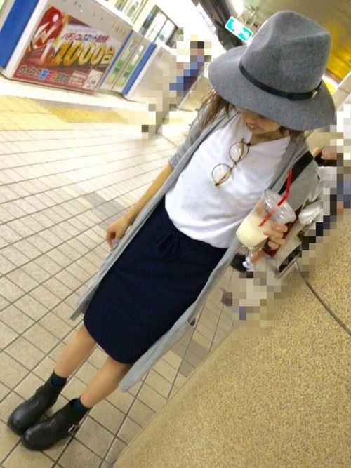 コーディガンとタイトスカートを着こなしたレディースコーデ画像