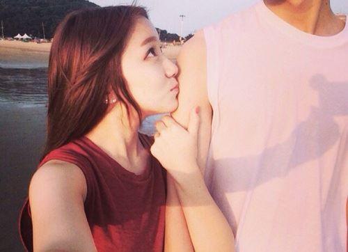 リップティントを塗った唇で理想の彼氏を手に入れた女性の画像