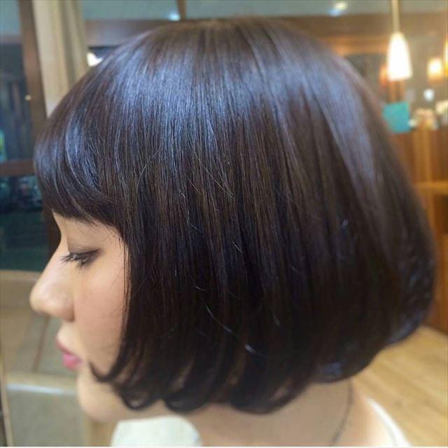 暗髪ボブにハイライトを入れた女性の髪色画像3