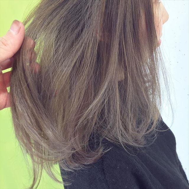 暗髪ボブにハイライトを入れた女性の髪色画像4