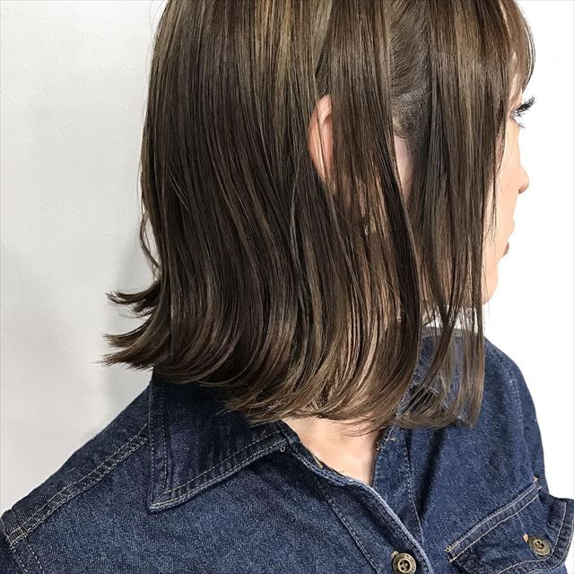 暗髪ボブにハイライトを入れた女性の髪色画像5