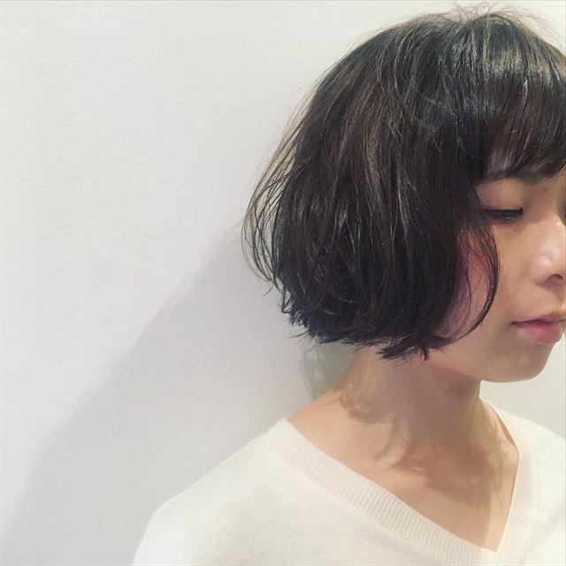暗髪ボブにハイライトを入れた女性のヘアカラーサンプル画像4