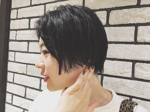 暗髪ボブにハイライトを入れた女性のヘアカラーサンプル画像12