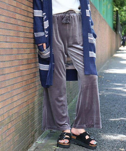 グレーのFREE'S MARTリラックスベロアパンツの着用画像