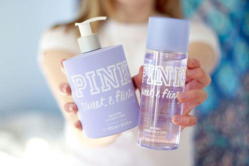 自分にぴったりの化粧水と乳液を持った女性の画像