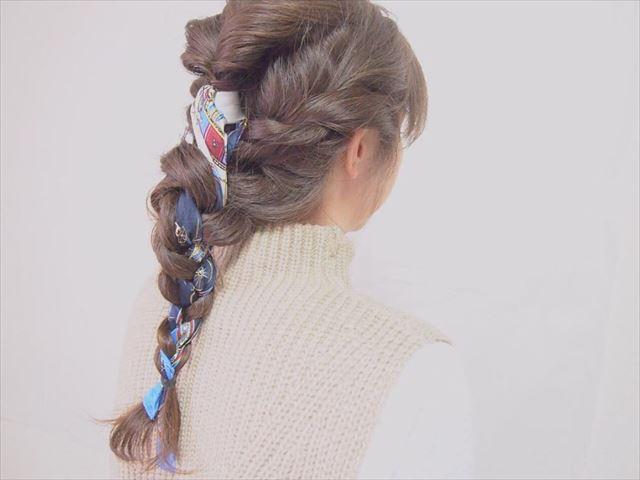 スカーフ×編み込みアレンジで作った髪型画像2