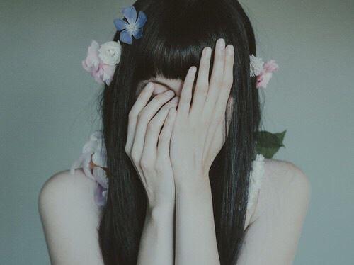 髪の傷みに深く悩む女性の画像