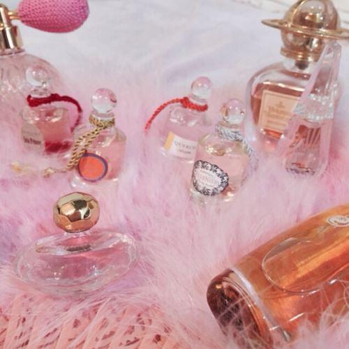 たくさんの女性用香水を集めた画像