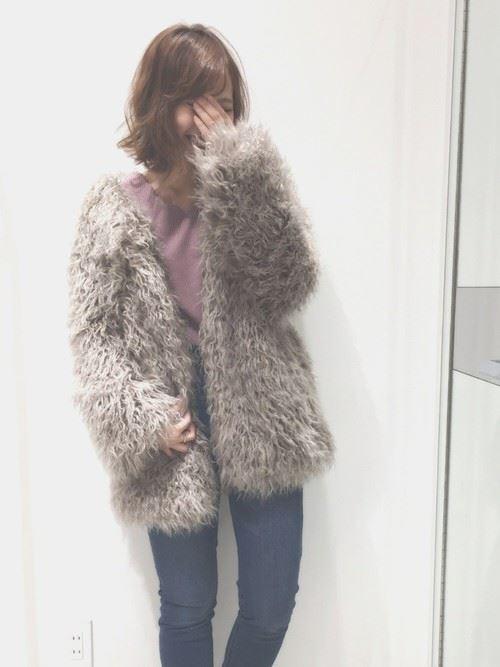 トレンドのモコモコアウターを着こなした女性の画像