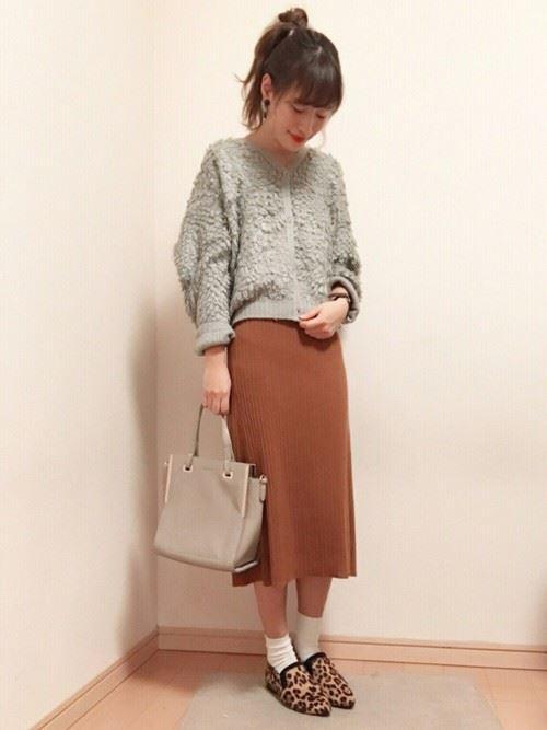 ループ編みニットセーターを着こなした女性のコーデ画像
