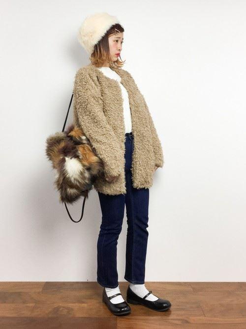 トレンドのモコモコアウターを着こなした女性の秋冬コーディネート画像2