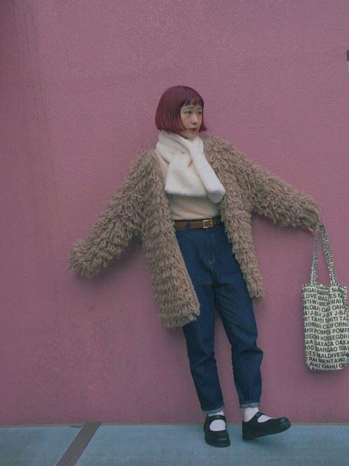 トレンドのモコモコアウターを着こなした女性の秋冬コーディネート画像3