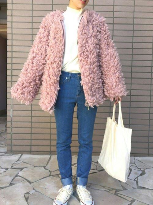 トレンドのモコモコアウターを着こなした女性の秋冬コーディネート画像4