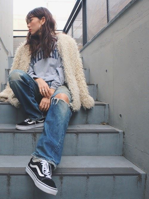トレンドのモコモコアウターを着こなした女性の秋冬コーディネート画像5