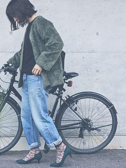 トレンドのモコモコアウターを着こなした女性の秋冬コーディネート画像6