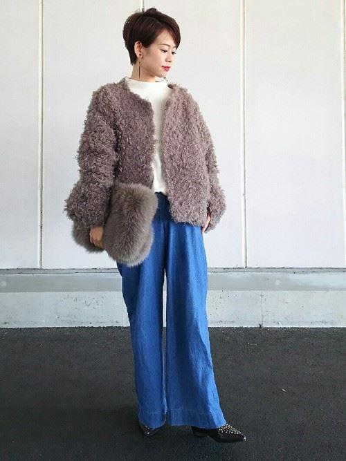 トレンドのモコモコアウターを着こなした女性の秋冬コーディネート画像7