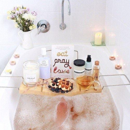 人気の洗顔フォームをたくさん並べたバスルームの画像
