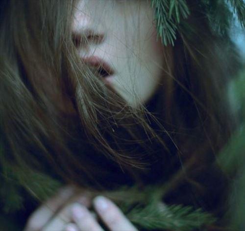 大自然の中でサラサラの髪を触る女性の画像