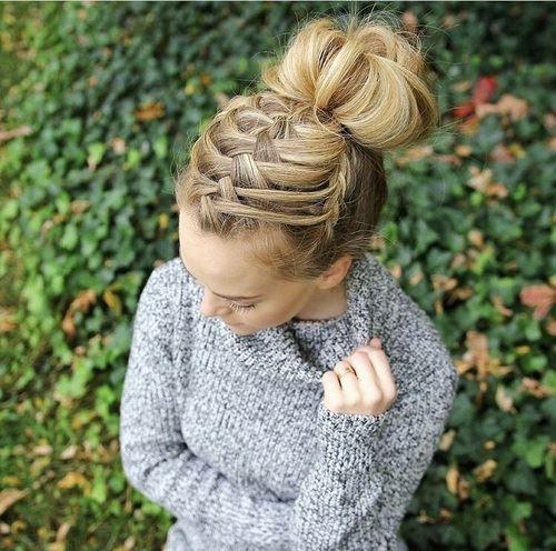 自分の髪質に合ったヘアスタイルをした女性の画像