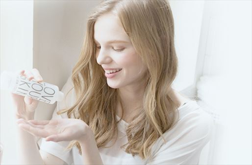 ラブユアスキンの化粧水を使う女性の画像