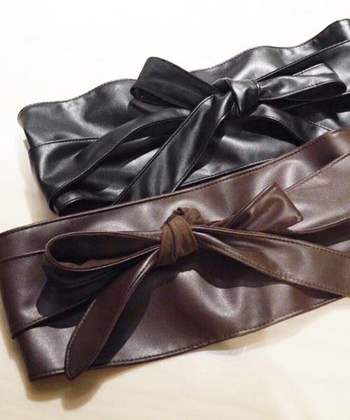 レザー素材の黒と茶色のサッシュベルトの画像