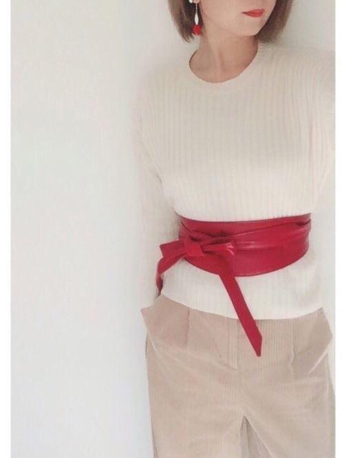真っ赤なサッシュベルトをウェストマークにした女性の着こなし画像