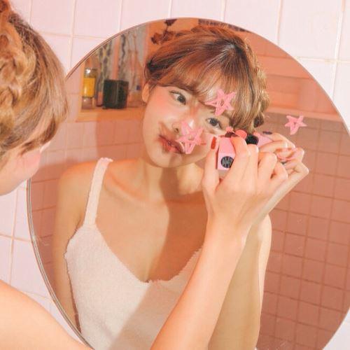 お気に入りのスキンケアトライアルキットが見つかって喜ぶ女性の画像