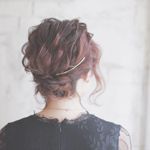 クレセントコームをつけたフルアップボブ女性のヘアアレンジ画像