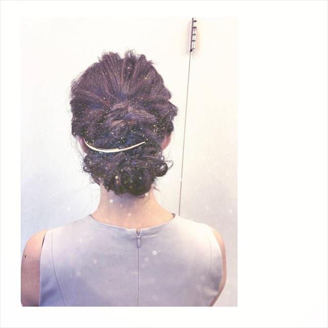 結婚式におすすめのフルアップにクレセントコームをつけたヘアアレンジ画像