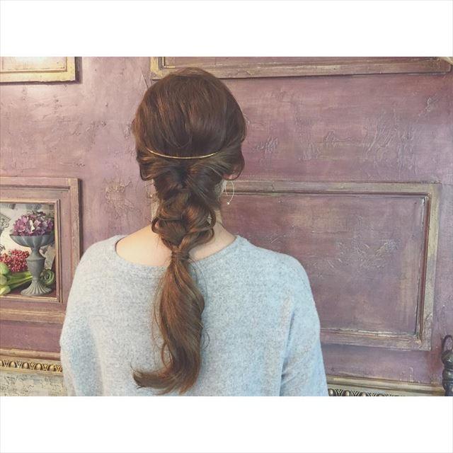 クレセントコームをつけた女性のかわいいヘアアレンジ画像