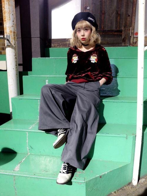 トレンドのベロアトップスをきれいめに着こなした女性のコーディネート画像7