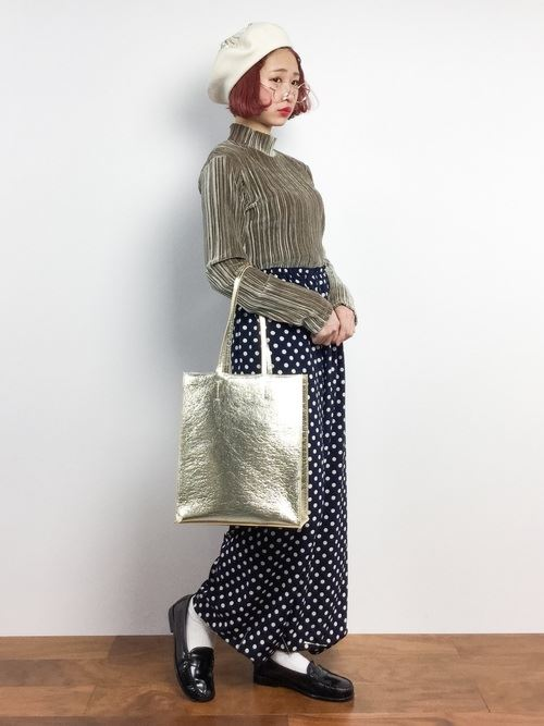 トレンドのベロアトップスをきれいめに着こなした女性のコーディネート画像8